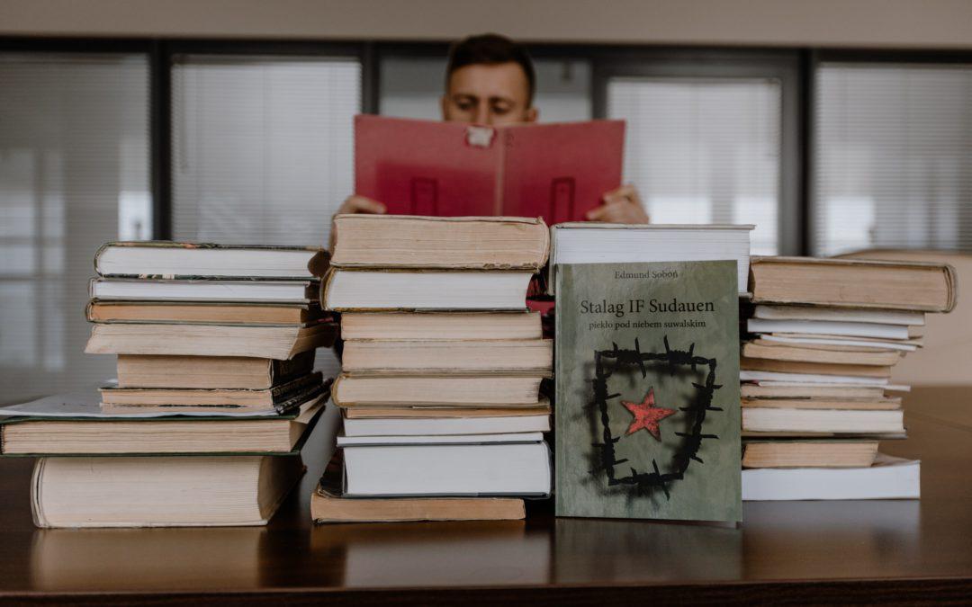 Pokaźny zbiór 59 książek przekazany przez Bibliotekę